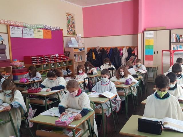 El col·legi La Milagrosa ha lliurat la manta-escola de manera gratuïta esta mateixa setmana a Primària i Secundària.