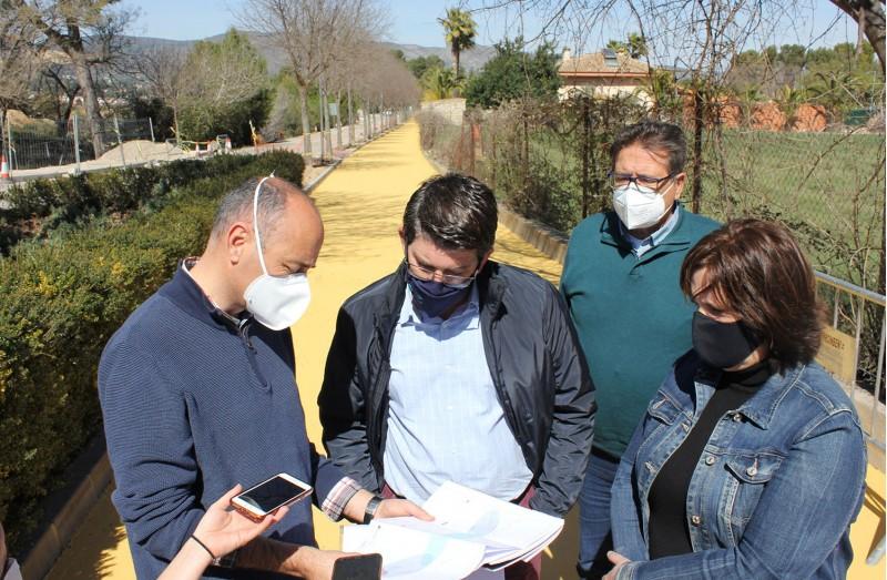 L'alcalde, Jorge Rodríguez comprova le sobres de l'anell ciclopeatonal.