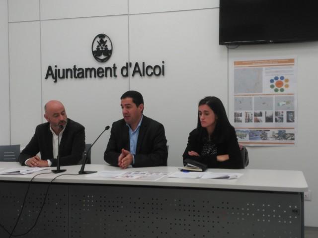 L'alcalde d'Alcoi acompanyat del Director General d'Habitatge, Rafa Briet, i la directora de l'Entitat Valenciana d'Habitatge, Laura Soto.