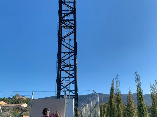 L'antena en fase de col.locació, fa uns mesos, als terrenys de 'Castell de Barxell'