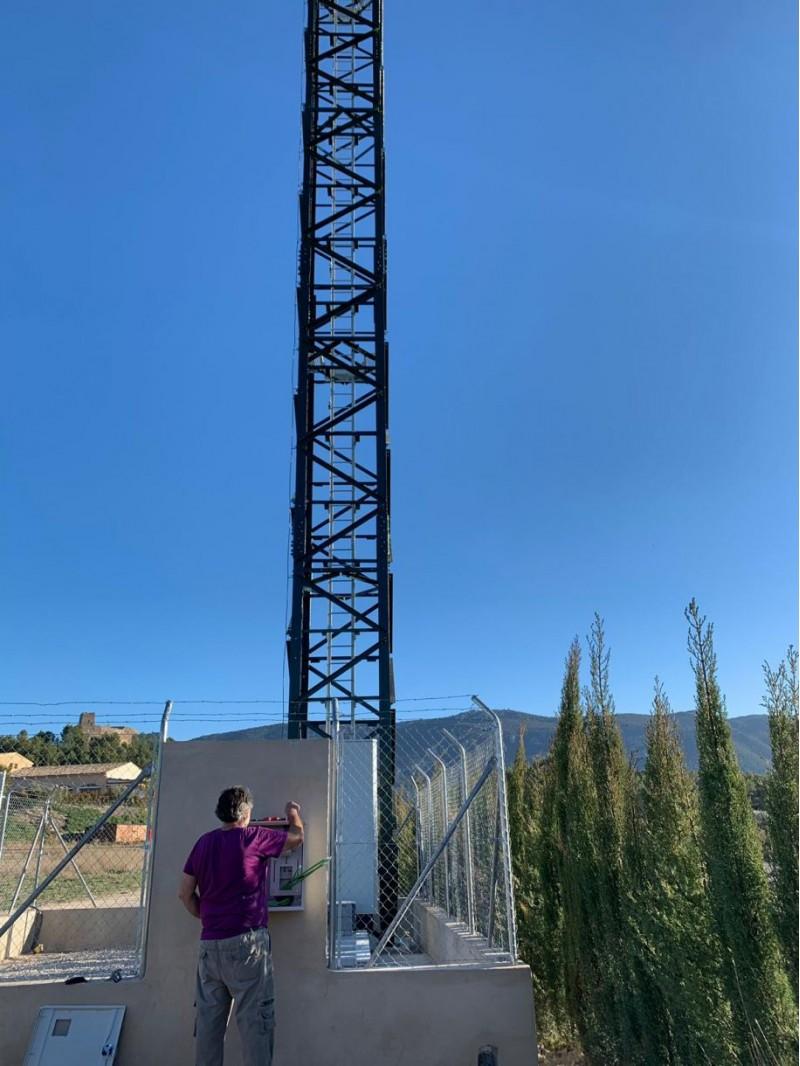 L'antena de telefonia, als terrenys del Castell de Barxell