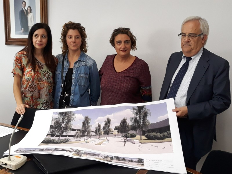 L'alcaldesa de Muro  i el Subdirector d'Infraestructures de la Conselleria d'Educació mostren els plànols del nou centre