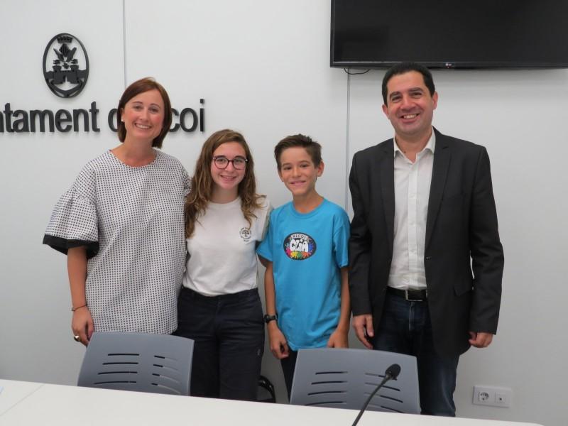 L'alcalde Toni Francés i la regidora Aroa Mira acompanyen els dos joves components del CLIA / Aramultimèdia