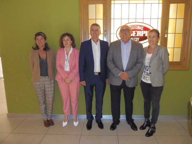 Rara Climent i Júlia Company han visitat Aceitunas Serpis en companyia de la gerència de l'empresa