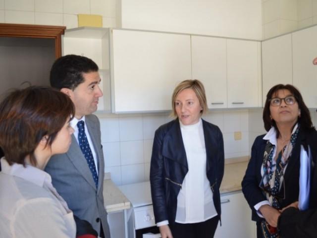 La Consellera d'Habitatge, María José Salvador, visitant els habitatges de El Camí, 40