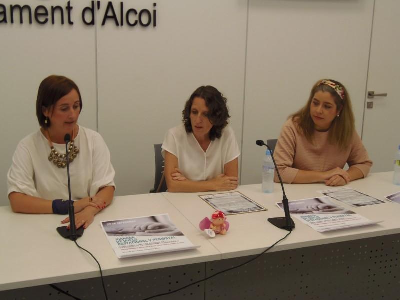 La regidora de Salut Pública, Aroa Mira, acompanyada per dos membres de l'associació Tempo / AM