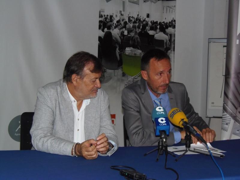 El regidor de Indústria, Manolo Gomicia, en la presentació del fòrum amb el director genrent de Fundeun.