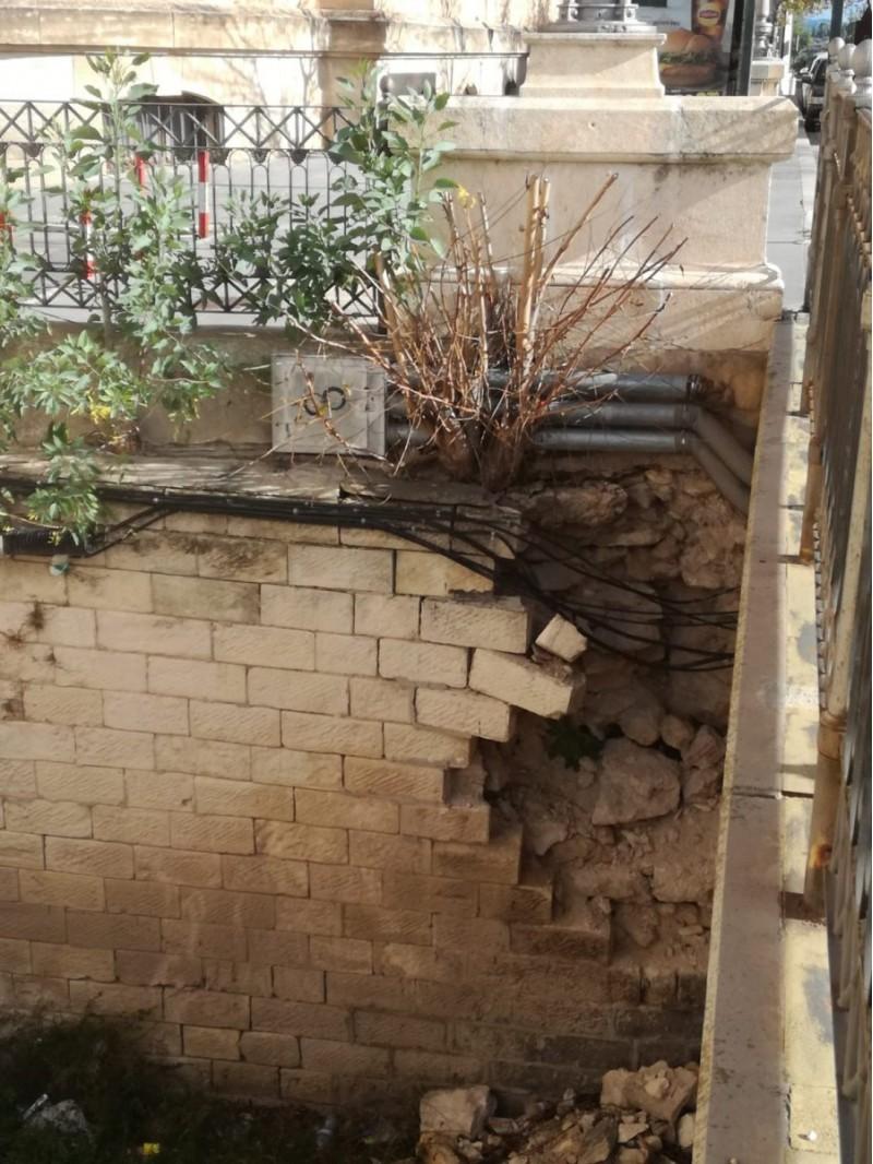 El desperfecte es troba al mur del final de pont del Viaducte en direcció al Passeig Ovidi Monllor.
