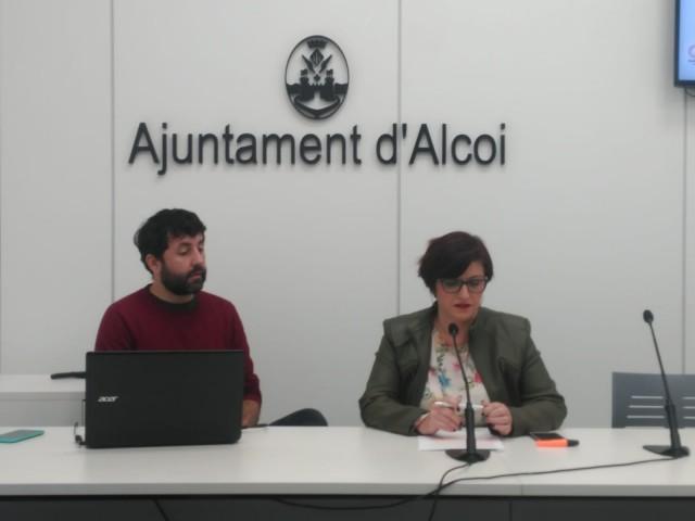 La portaveu de Guanyar Alcoi, Estefania Blanes, acompanyada del membre de la formació Pablo González.