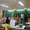 La regidora de Benestar Social, Aroa Mira, en meitat d'una de les classes / Ajuntament d'Alcoi