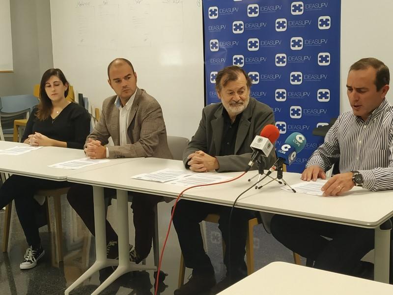 Presentació de la nova edició d'IdeaT. D'esquerra a dreta, Tamara, de l'equip guanyador de l'any passat. Fernando Sansaloni, director de Cotes Baixes; Manolo Gomicia, regidor d'innovació; i Jaume Pascual, del campus d'Alcoi de la UPV.