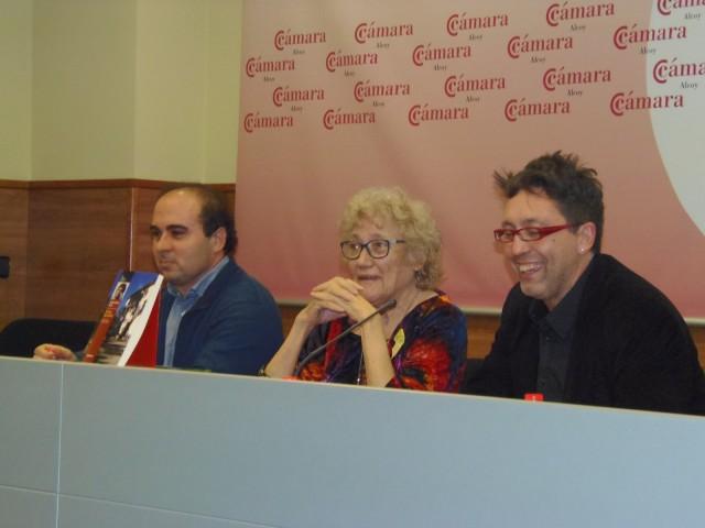 L'escriptora, acompanyada de Carles Cortés (dreta) i Francesc Gisbert (esquerra).