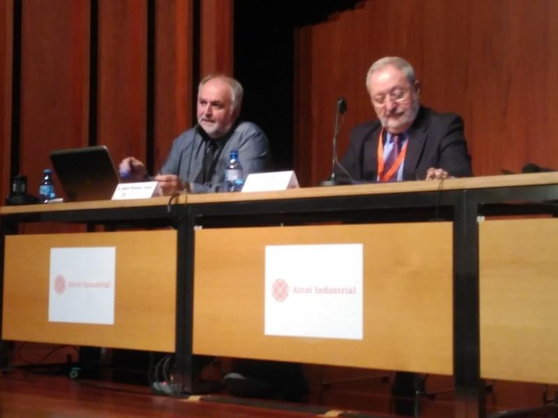 El director delMuseuNacional de laCiènciai laTècnicade Catalunya (esquerra) en meitat de la seua conferència.
