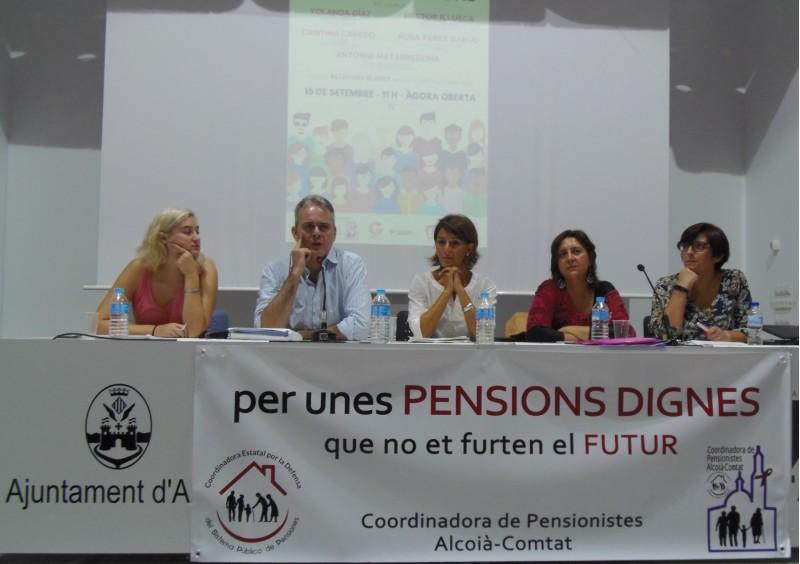 Els quatre ponents acompanyats per la moderadora de l'acte, Estefania Blanes / AM