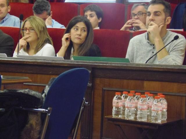 Aigua embotellada a disposició dels regidors, durant la celebració del plenari d'aquest 26 de novembre.