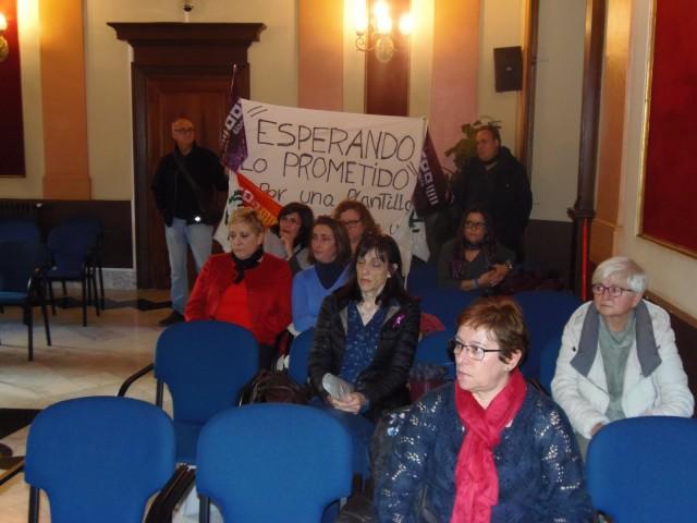 Les treballadores de la residència mostren una pancarta en meitat del plenari.
