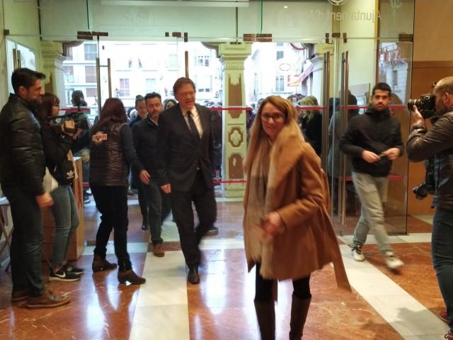 El president Ximo Puig arriba a la funció del Tirisiti /AM