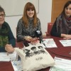 Silvia Soler en el centre, amb la presidenta d'AECC, Maria Teresa Alberola, a l'esquerra de la imatge, i la regidora de Benestar Social, Aroa Mira, a la dreta /AM