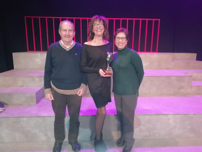 Adolfo Mataix, de Teatre Circ, arreplega el premi a Mislata