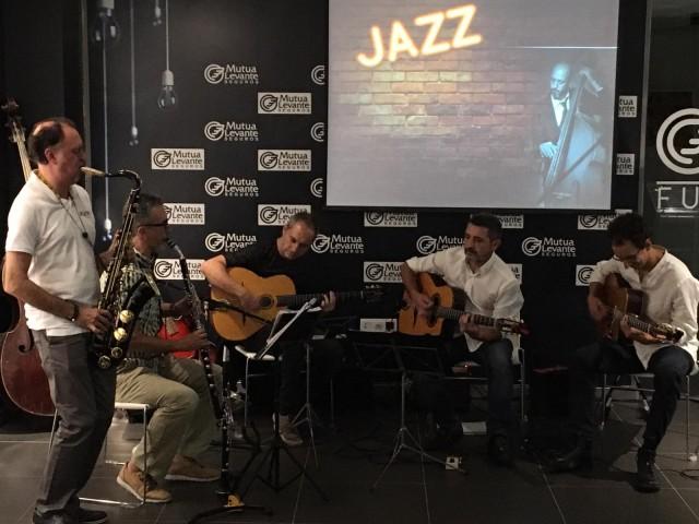 Membres del Jazz Club Mussol interpretant el tema 'Take Five' durant la inauguració de la mostra