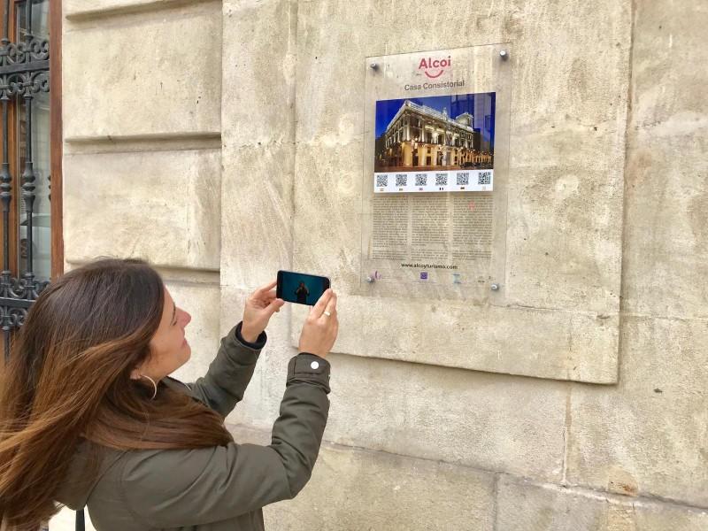 La regidora de Turisme, fent ús del sistema d'interpretació per a persones sordes.
