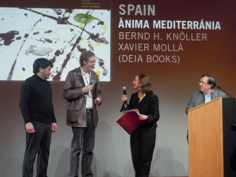 BerndH.Knölleri Xavier Mollà arrepleguen el premi pel seu anterior llibre, Ànima Mediterrània
