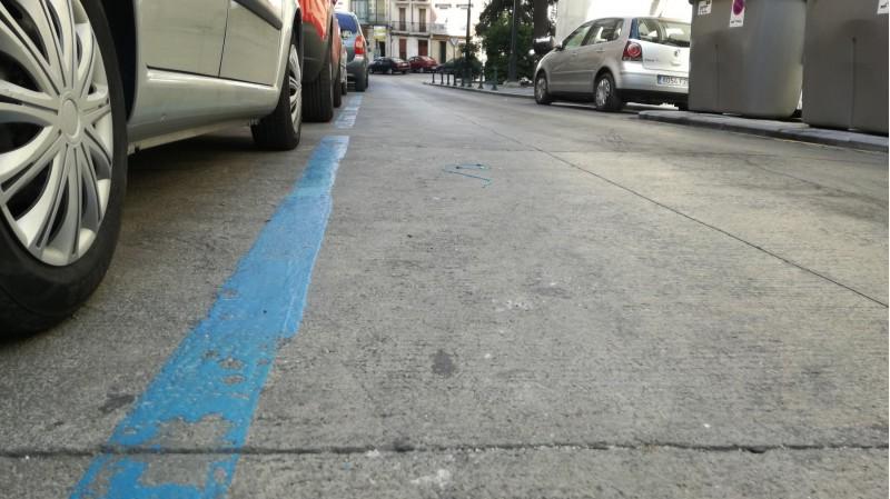Les línies blaves amb què es delimitava l'estacionament del sistema ORA.