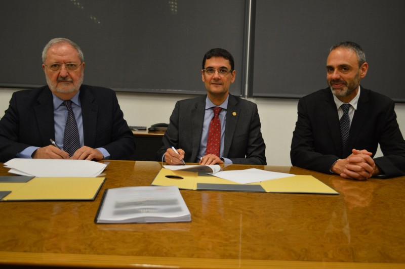 D'esquerra a dreta: Enrique Masià, FranciscoMora i JuanIgnacioTorregrosa durant la signatura del conveni.