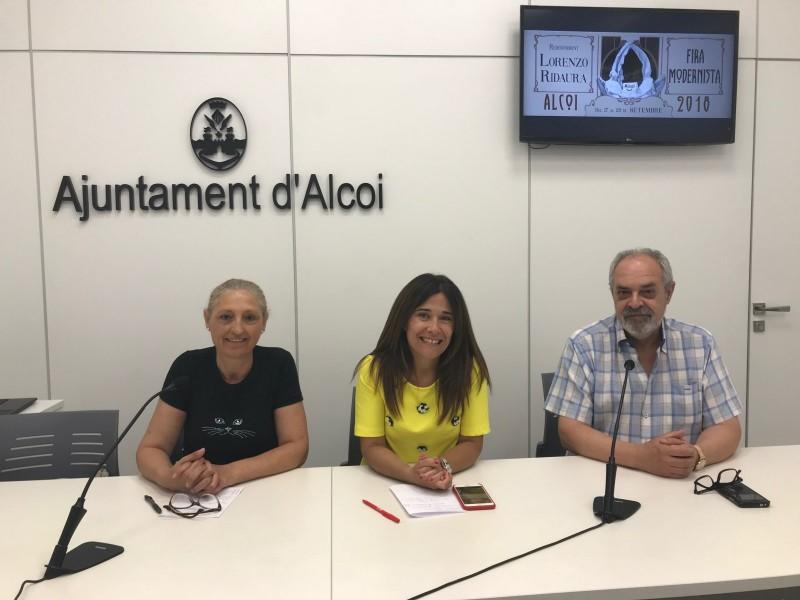 Victoria Romero, presidenta de l'Associació d'Amics del Modernisme, Lorena Zamorano, regidora de Turisme i Juan Miguel Cortés, president de Creu Roja Alcoi