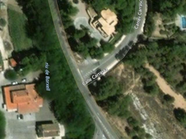 El Carrer Carrasca és quasi l'únic per accedir a la urbanització /AM