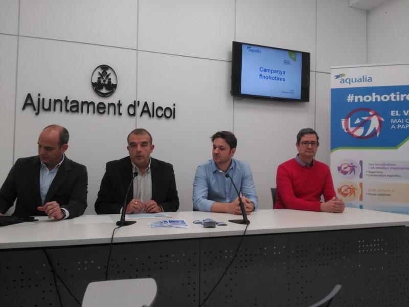 El regidor Jordi Martínez presenta la campanya amb responsables d'Aqualia i amb el tècnic municipal Miguel Signes (esquerra).