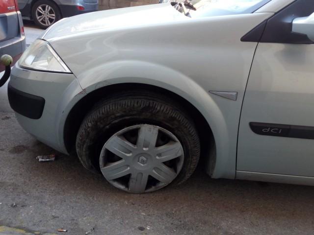 Estat en què ha quedat la roda d'un cotxe