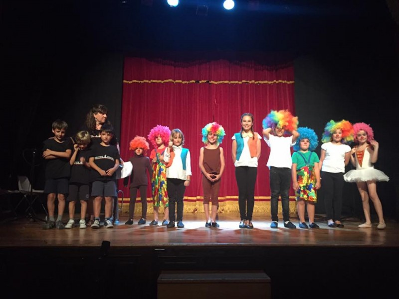 Alumnes de l'escola en finalitzar una funció / Perfil Facebook Escola Municipal de Teatre d'Alcoi