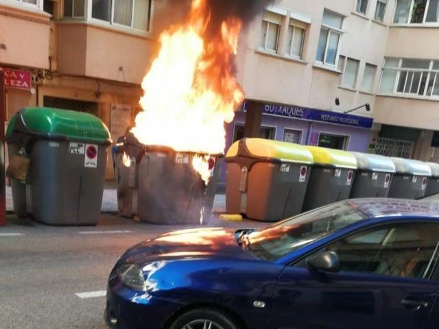 4 contenidors de brossa cremats en Alcoi en un sol dia