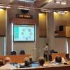 Un dels tècnics del departament d'Innovació de l'Ajuntament d'Alcoi en meitat de la seua presentació.