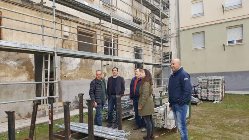 L'alcalde i el regidor Gomicia visiten els habitatges en companyia dels responsables de l'obra.