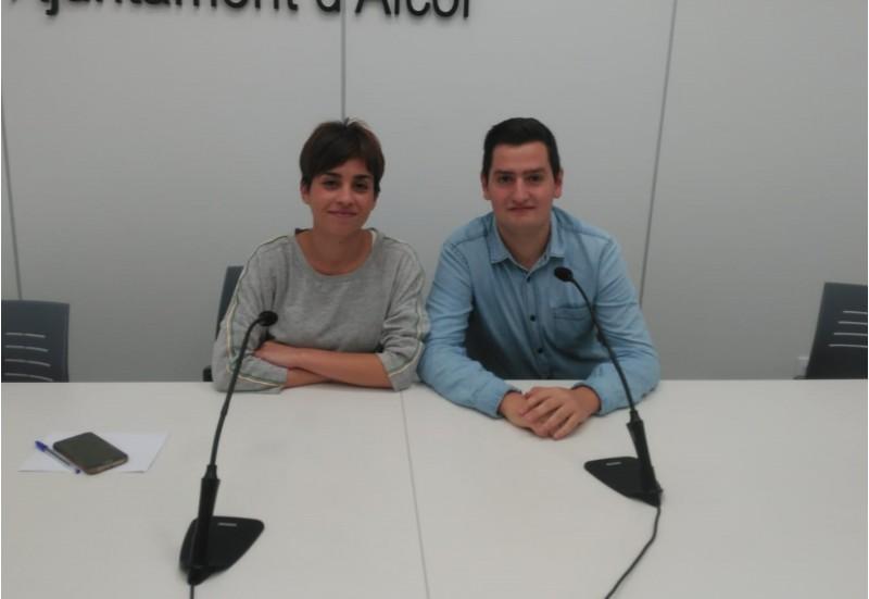 La regidora Maria Baca, amb un dels membres del col·lectiu '12 d'octubre', Jordi Ortiz