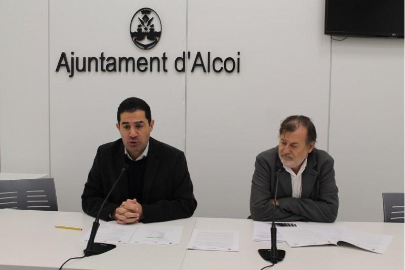 L'alcalde Toni Francés i el regidor Manolo Gomicia presenten el balanç en roda de premsa