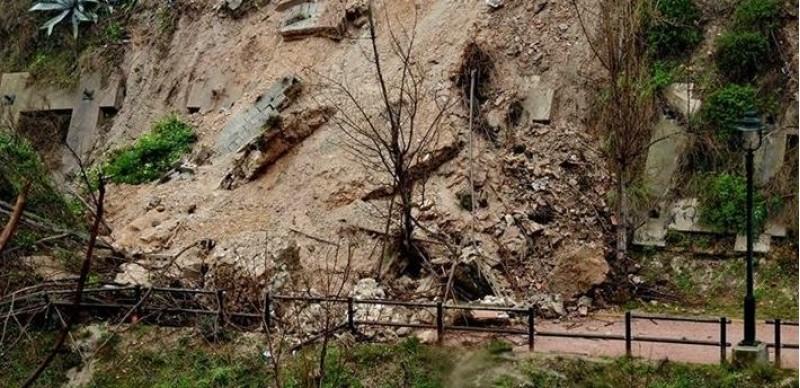 Les pluges van provocar una solsida de terres al vessant del Riu Riquer, just baix dels locals de diverses filaes