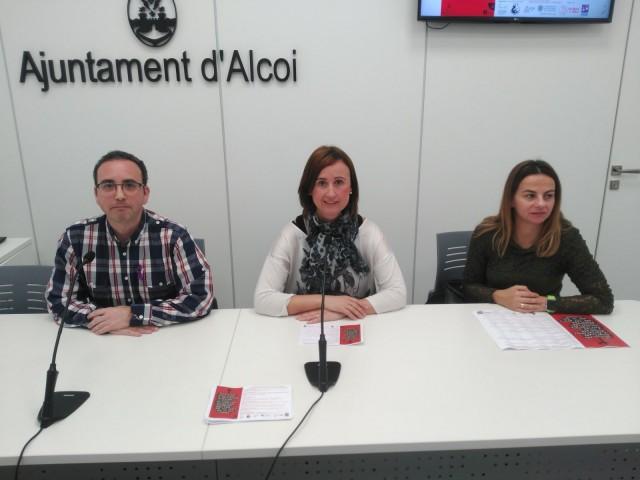 Aroa Mira acompanyada del president d'ACOVIFA i de la tècnic en Igualtat de l'Ajuntament Ruth Tomàs.