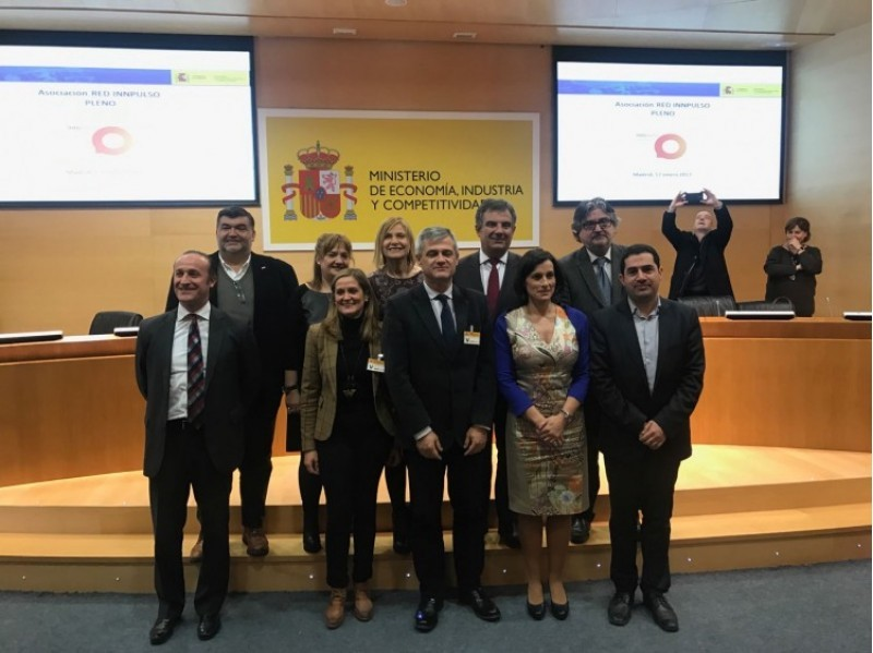 L'alcalde d'Alcoi, Toni Francés, i representants de municipis que entren a formar part en 2017 de la Xarxa de Ciutats de la Ciència i la INnovació.