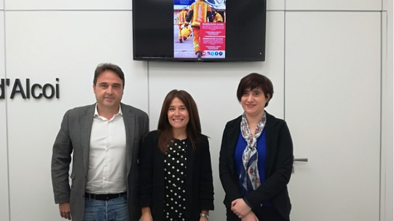 D'esquerra a dreta, Jorge Rodríguez, director de l'empresa que gestiona el museu; la regidora Lorena Zamorano; i la tècnica del museu Elena Méndez
