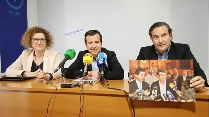 La Diputada Nacional Loli alba, el portaveu local Rafa Miró i el diputat en les Corts Fernando Pastor, mostren la fotografia dels alcaldes d'Alcoi, Ontinyent i Muro demanant inversions per al tren.