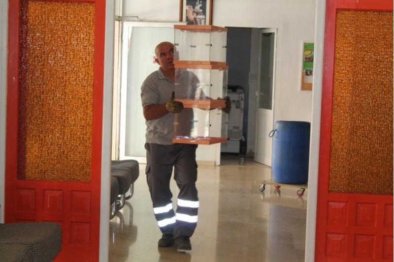 Un funcionari prepara les urnes per a demà, dia d'eleccions/Aj.