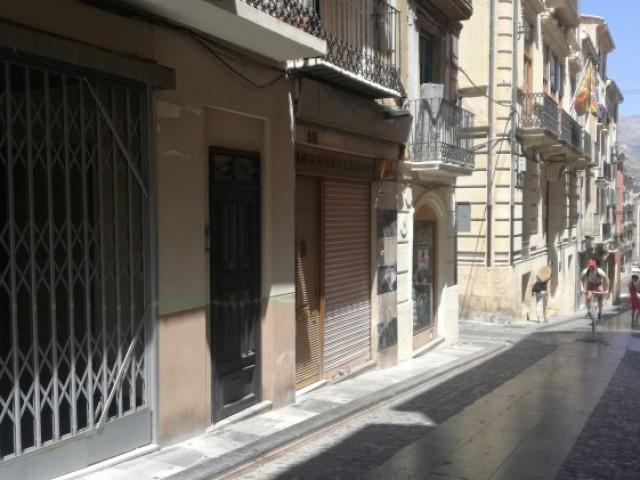 El carrer Sant Francesc al centre d'Alcoi, amb alguns locals encara tancats