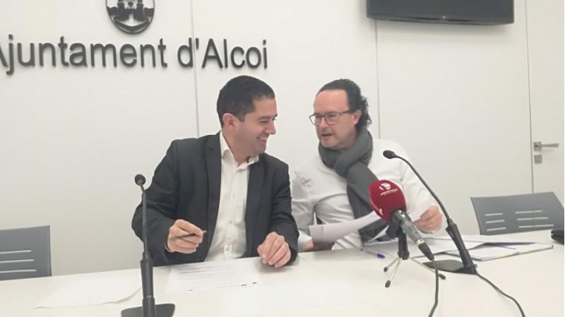 E portaveu de Comrpomís Màrius Ivorra, i l'alcalde d'Alcoi Toni Francés. anuncien acord per als pressupostos 2018