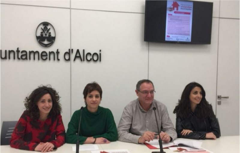 Joana Martínez, Maria Baca, Luis Molina i Sara Molina presenten la borsa de vivendes socials / R. Lledó