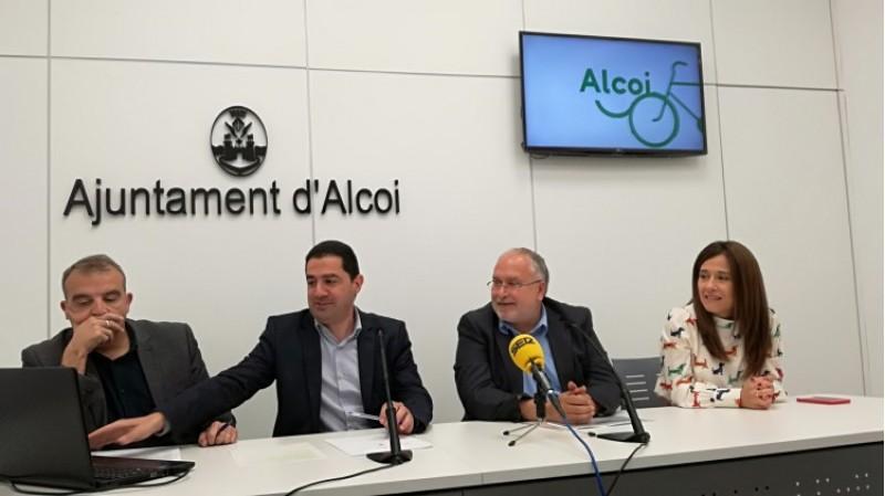 En el centre, l'alcalde d'Alcoi Toni Francés i el director general d'Administració Local, Toni Such. A la dreta la regidora de turisme Lorena Zamorano; i a l'esquerra el de mobilitat Jordi Martínez