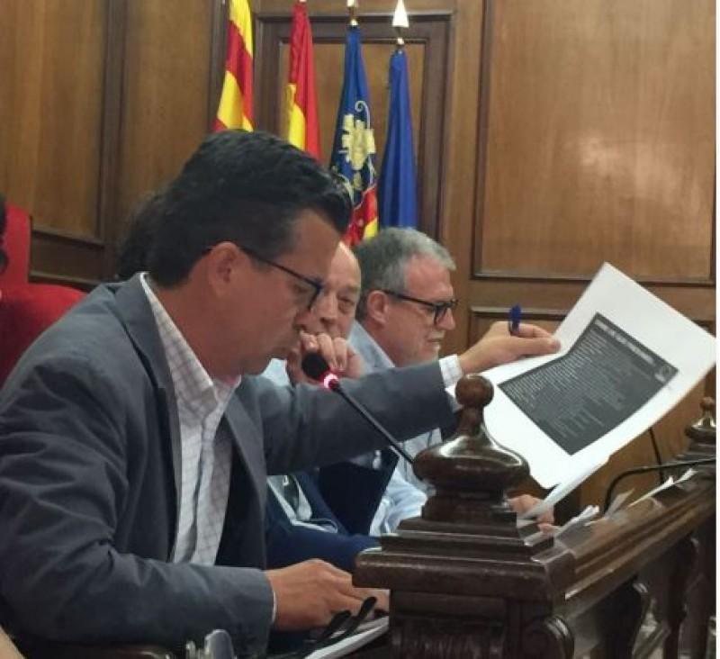 Rafa Miró mostra els casos de corrupció de Podem mentre Jordi Sedano escolta al fons de la imatge / R. Lledó
