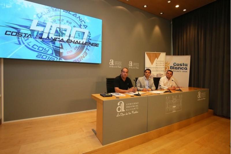 L'organitzador, Luis Miguel Verdú, a la dreta de la imatge. El diputat Eduardo Dolón en mig, i a la esquerra Jordi Linares, president de l'Associació Alicante Turismo Interior